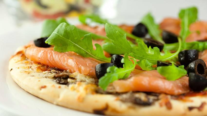 Pizza de salmón y aceitunas
