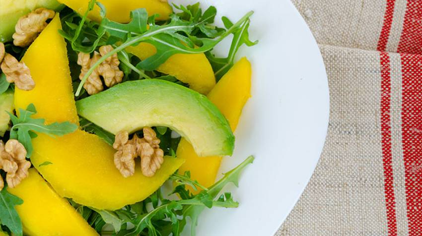 Ensalada de aguacate, mango y nueces a la vinagreta de cítricos