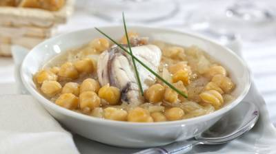 Puchero de garbanzos con rape al ajillo